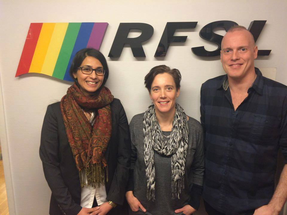 Skeiv kunnskap 2015: Sana Majeed McMillion (til venstre), Monica Bothner (midten) på studiebesøk hos Christian Antoni Møllerop (til høyre) i RFSL, Sverige, 2015. Bothner var Skeiv kunnskaps første ansatte og prosjektleder, og McMillion arbeidet 50% siste halvdel av 2015.